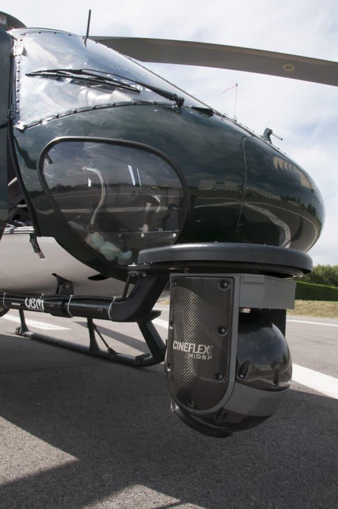 l'hélicoptère ( hélicoptère équipé du système Cinéflex caméra-stabilisée sur hélicoptère, vu du ciel, prises de vues aériennes)