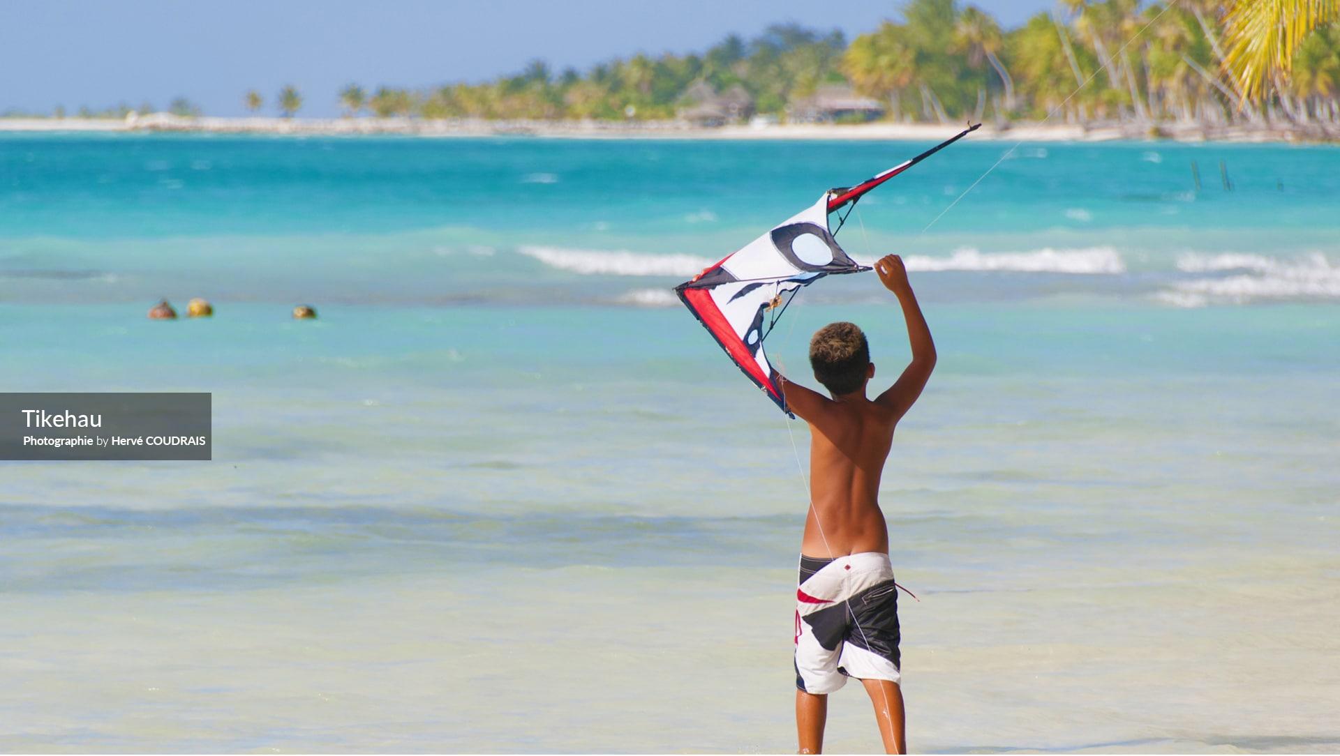 Tikehau, Atoll des Tuamotu, Polynésie, photographie Hervé Coudrais, cerf-volant, mer turquoise, Polyénsie française,